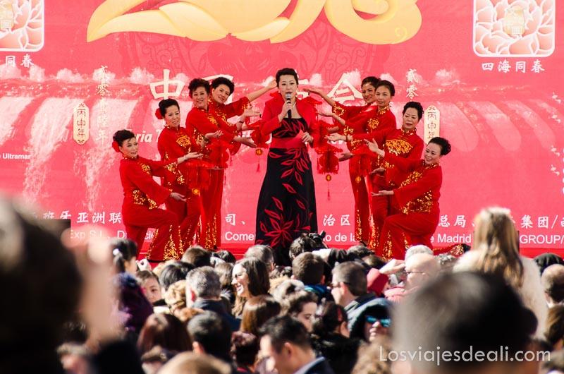 actuación de artista china con bailarinas todas vestidas de rojo en el año nuevo chino en madrid