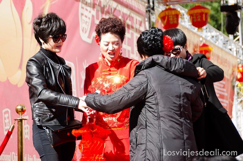 mujeres chinas vestidas de rojo en el año nuevo chino en madrid