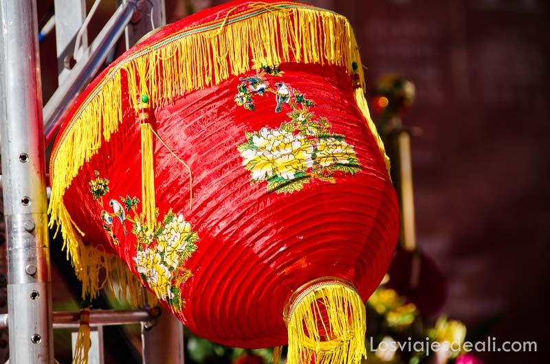 farol chino de color rojo y amarillo en el año nuevo chino en madrid