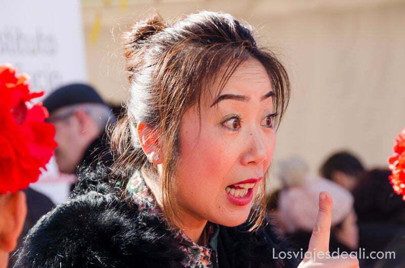 profesora china dando consejos a sus alumnas en el año nuevo chino en madrid