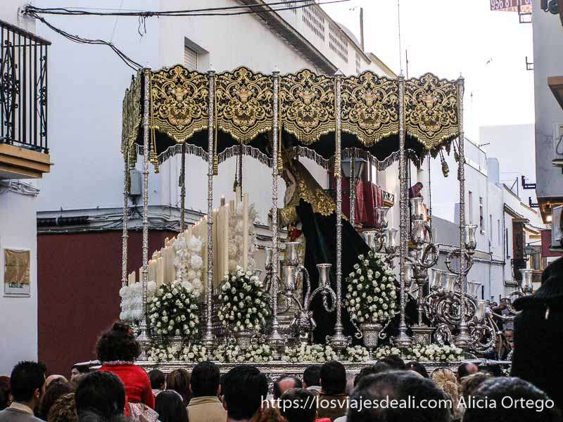 virgen en procesión en semana santa en cádiz