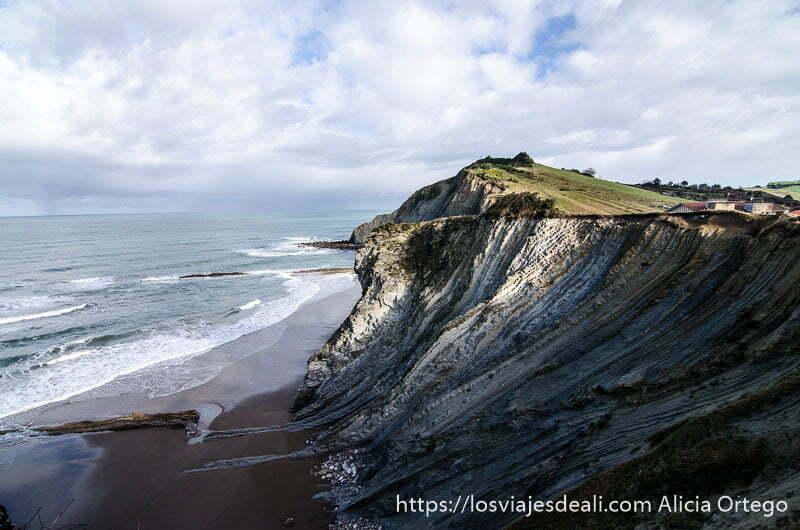 vista parcial de acantilados de flysch con playa