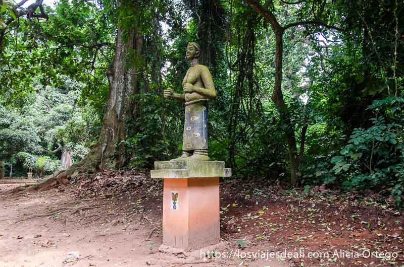 escultura en el bosque sagrado de ouidah benin
