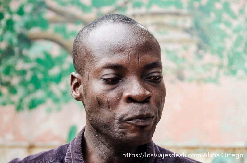 sacerdote vudú con escarificaciones en la cara en ouidah benin
