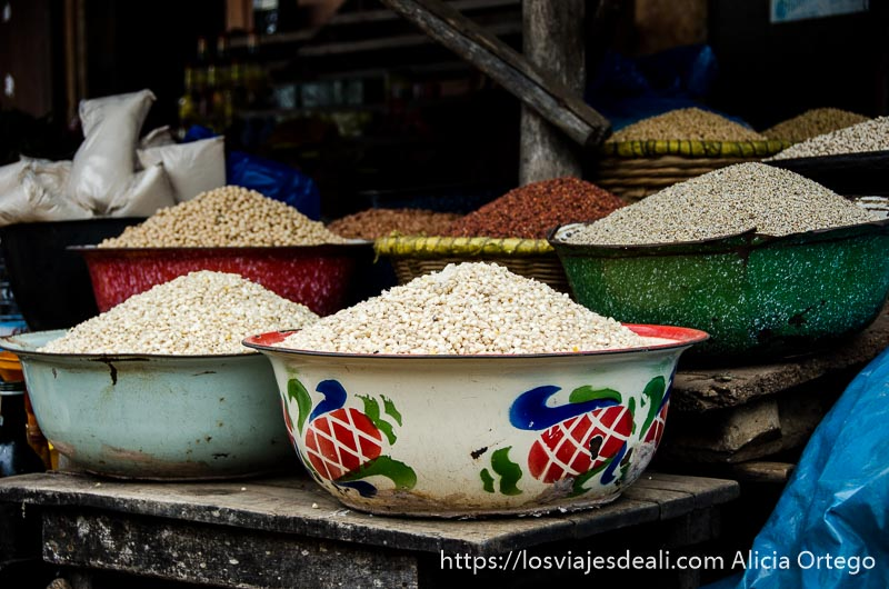 barreños con cereales en montones dispuestos para la venta en ouidah benin
