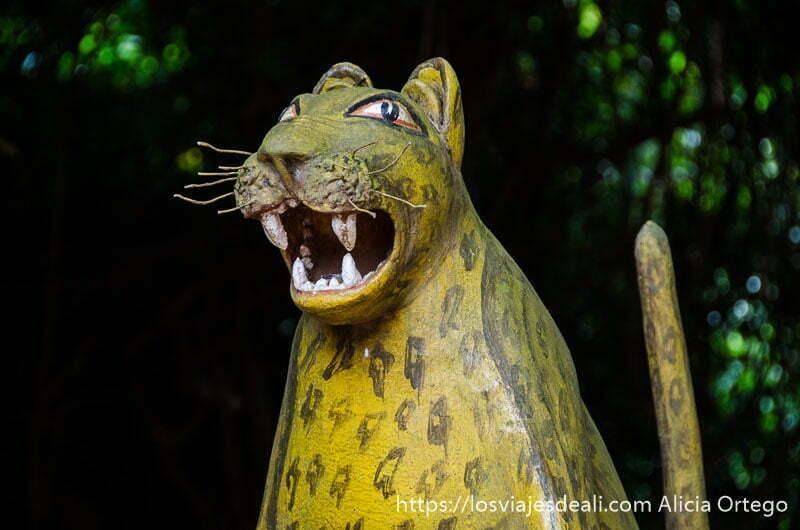 figura de leopardo con boca abierta en bosque sagrado de ouidah