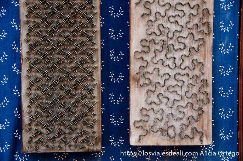 tablas con clavos formando dibujos para hacer impresión en telas en szentendre