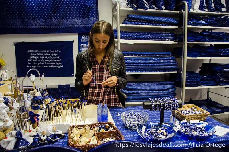 chica joven en el mostrador de la tienda de telas tradicionales de szentendre