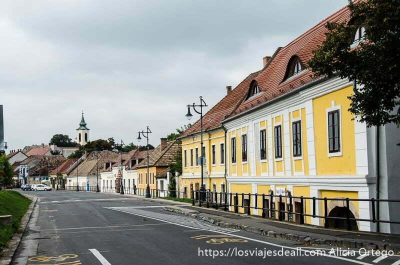 casas amarillas con tejados rojos de Szentendre junto al río danubio