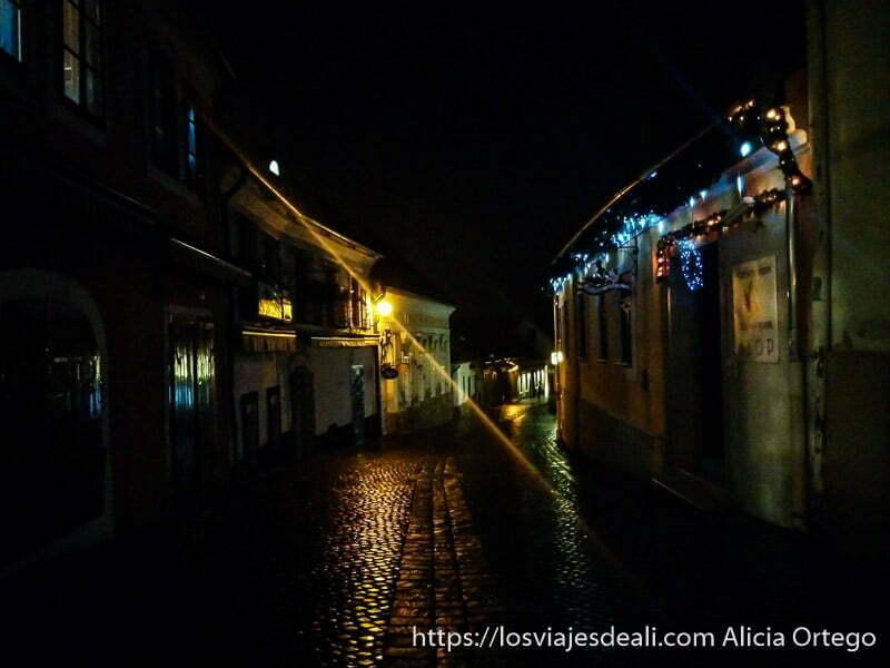 calle empedrada de szentendre por la noche sin casi iluminación