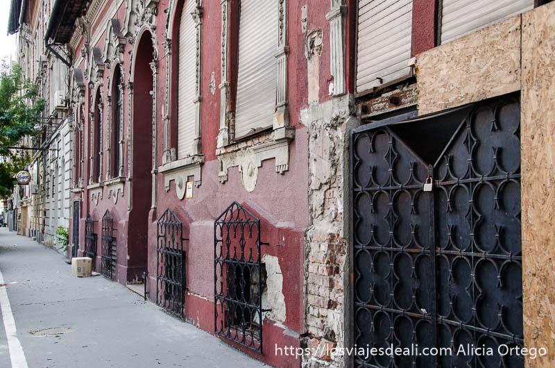 comercio antiguo cerrado con puertas de chapa en una calle de óbuda en budapest