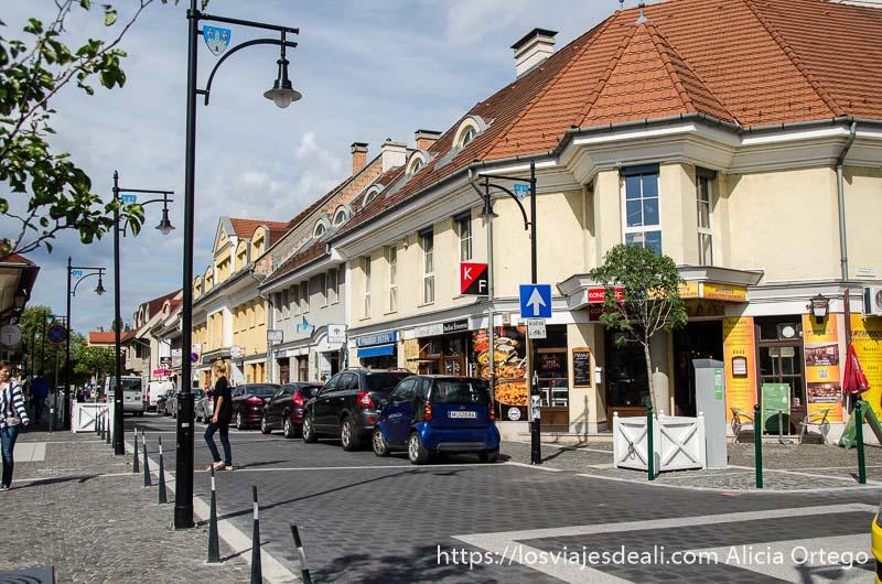 calle con casas de tejados rojos en óbuda budapest