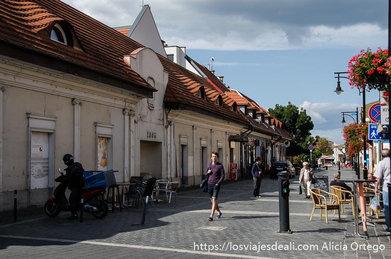 calle peatonal de óbuda con casas antiguas arregladas de tejado rojo y terrazas para tomar algo