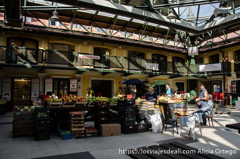 patio interior de mercado con puesto de verduras en el centro en óbuda