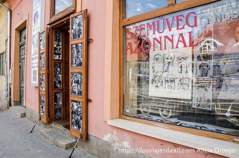 tienda de fotografía con escaparate lleno de retratos en blanco y negro en óbuda budapest