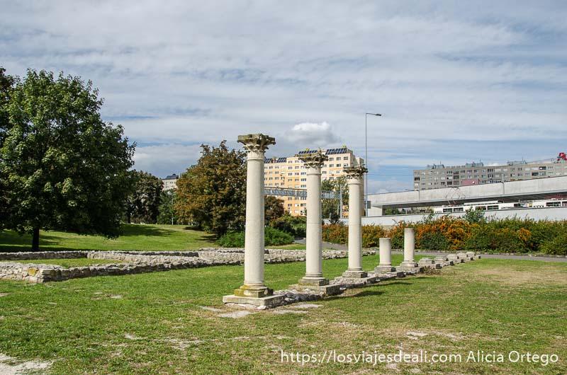 columnas romanas y cimientos de edificios en un parque con hierba verde en óbuda budapest