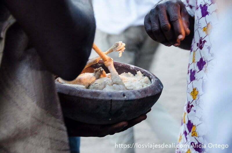 plato con pollo cocinado y fufú una especie de puré de patata ceremonia vudú