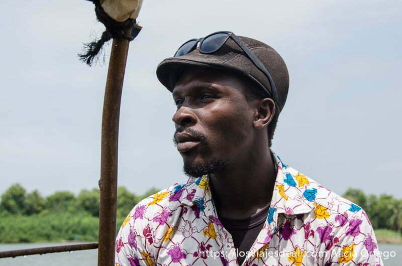 guía de benin con gorra, gafas de sol y camisa estampada