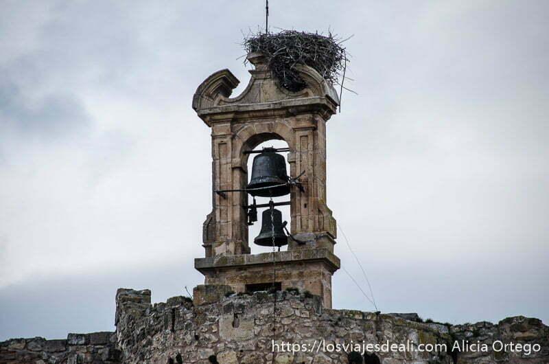 campanario con dos campanas y nido de cigüeña en sepúlveda