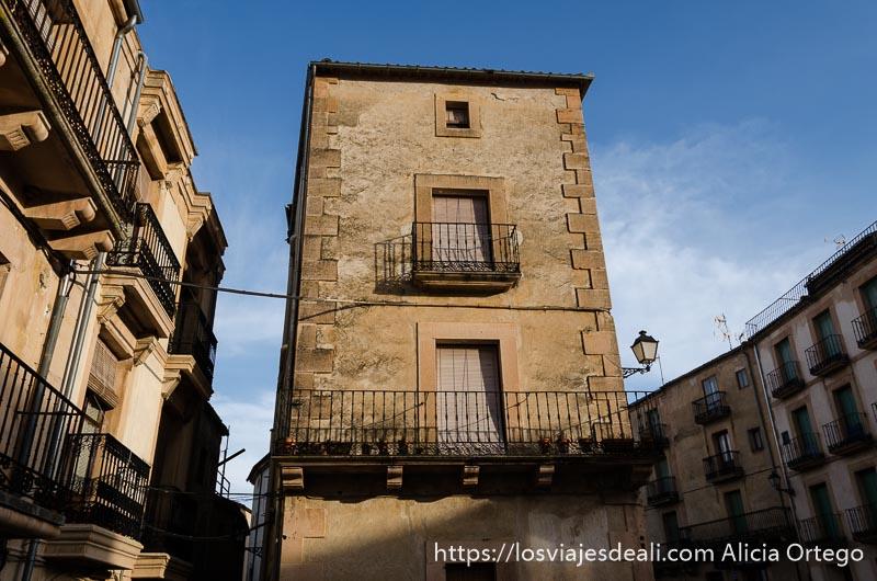 casa estrecha con balcones que divide dos calles de sepúlveda