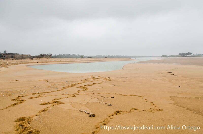 pequeño lago en medio de la arena de una de las playas de benin