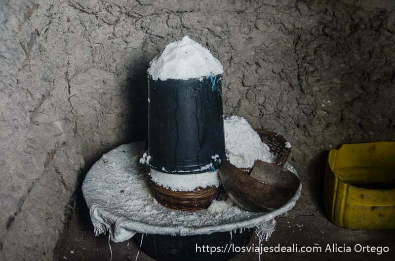 tarro lleno de sal dentro de una casa de poblado cerca de grand popó en benin
