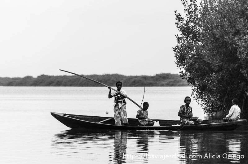 personas en una piragua en el río en playas de benin