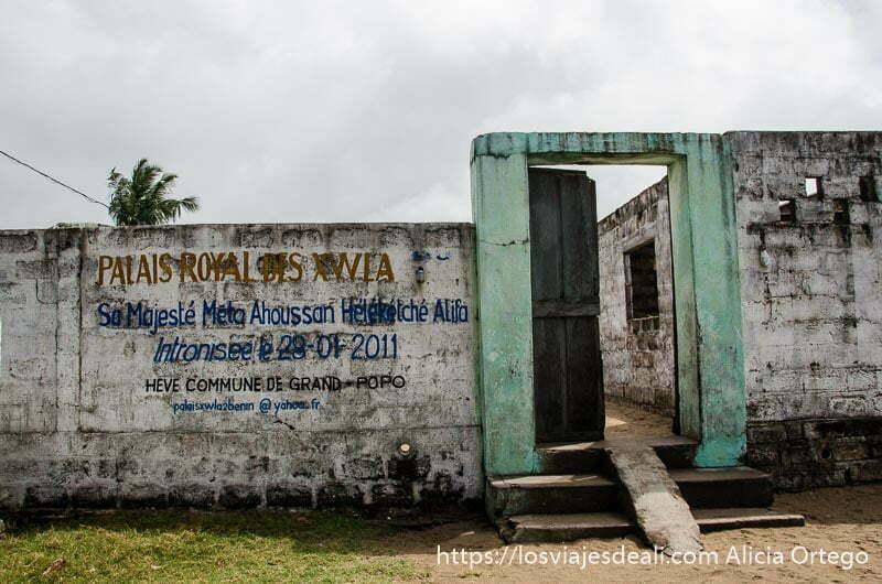 puerta del palacio del rey de hevé playas de benin