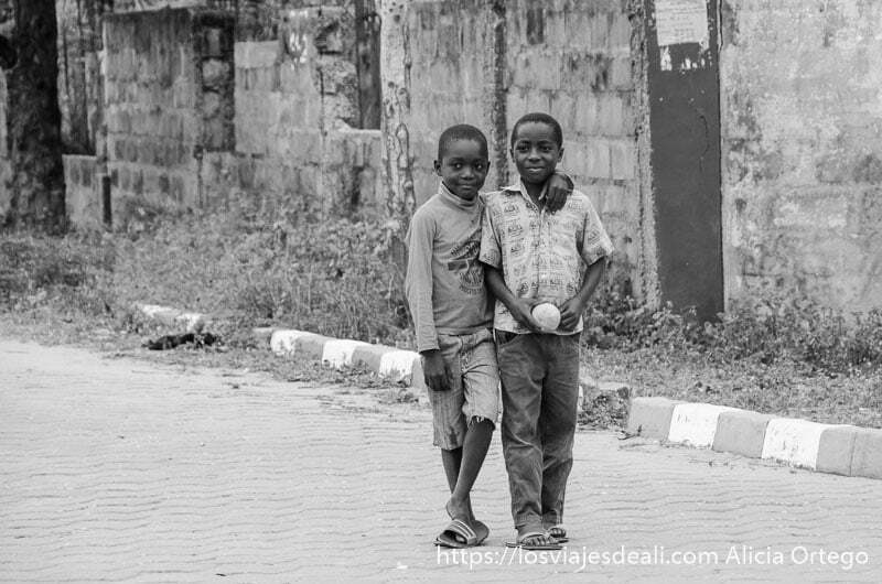 dos chicos agarrados por el brazo en la calle de grand popó benin