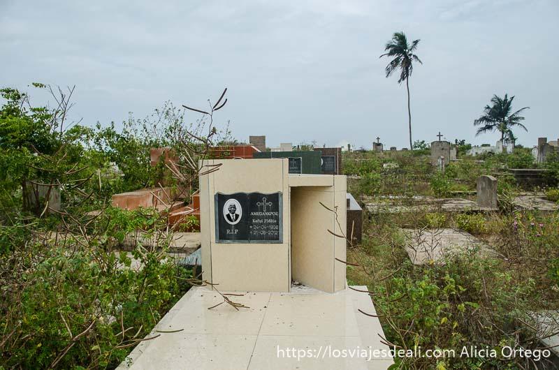 lápida en el cementerio de grand popó en benin