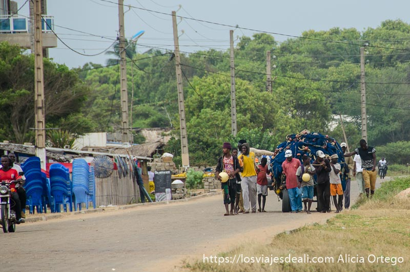pescadores llevando sus redes en un carro por la carretera en grand popó benin