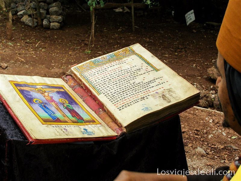 biblia antigua llena de ilustraciones en el lago tana