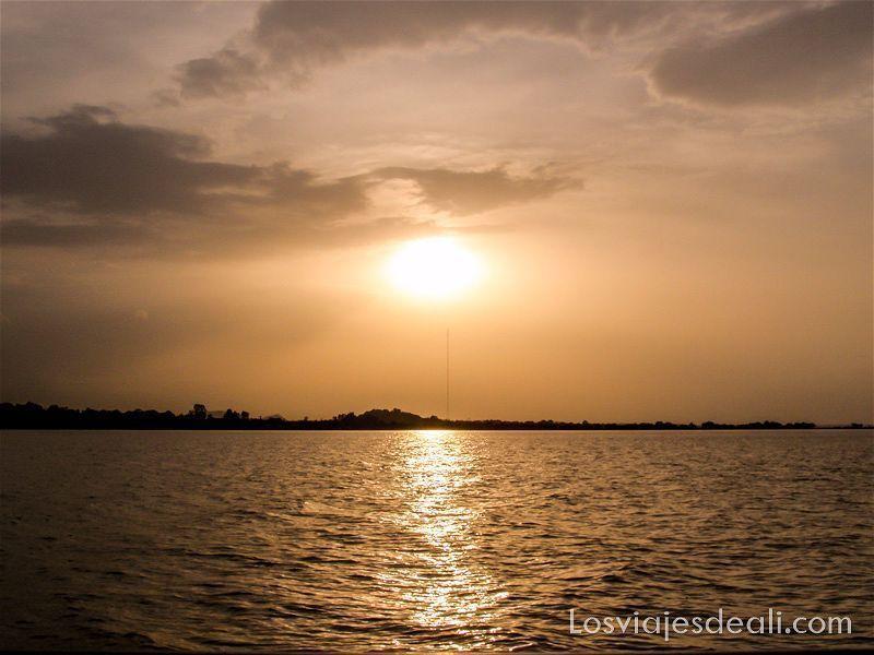 puesta de sol en el lago tana