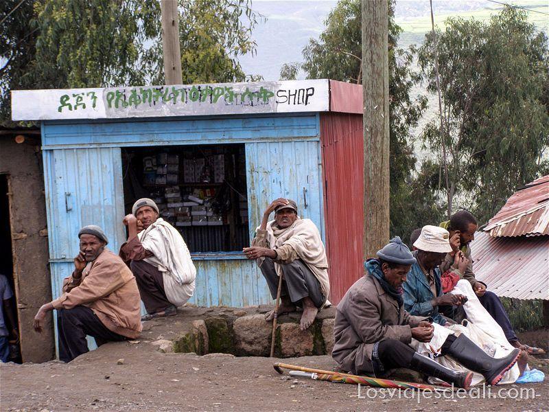 varios hombres sentados en el suelo en lalibela