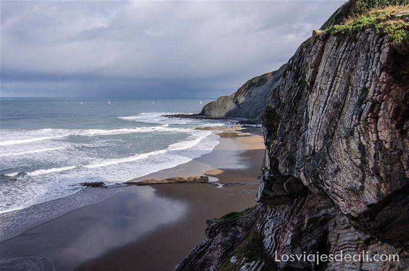 acantilados flysch en la playa de zumaia con veleros en el mar