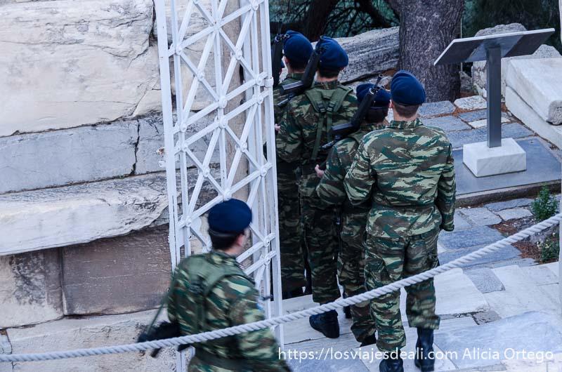 patrulla de soldados saliendo de la acrópolis de atenas por la mañana