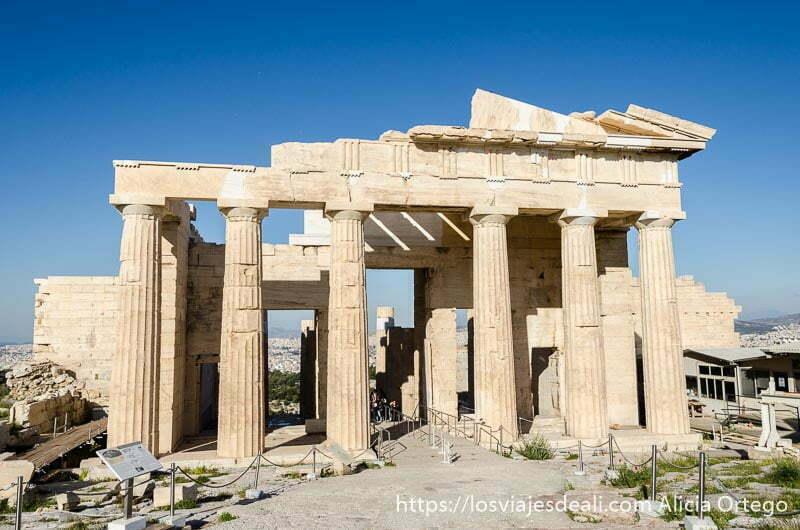 fachada del templo de los propileos iluminado por el sol acrópolis de atenas y su museo
