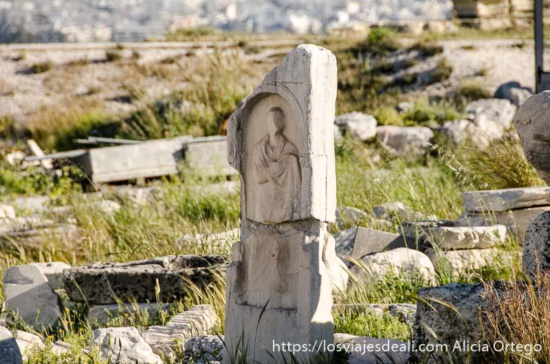 estela de piedra con relieve de figura griega en la acrópolis de atenas y su museo