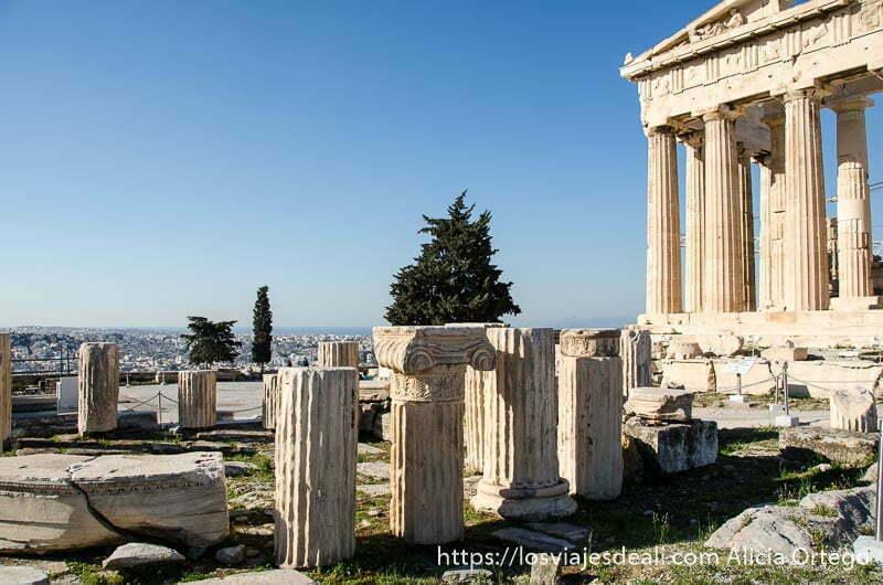 columnas rotas junto al partenón  acrópolis de atenas y su museo