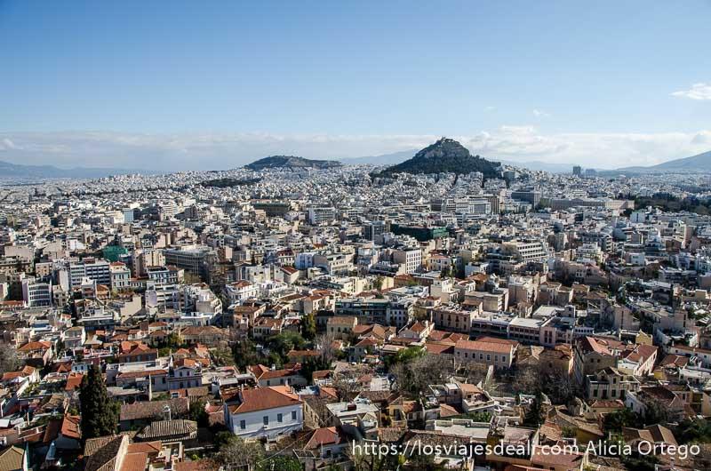 vistas de atenas desde la acrópolis con monte al fondo