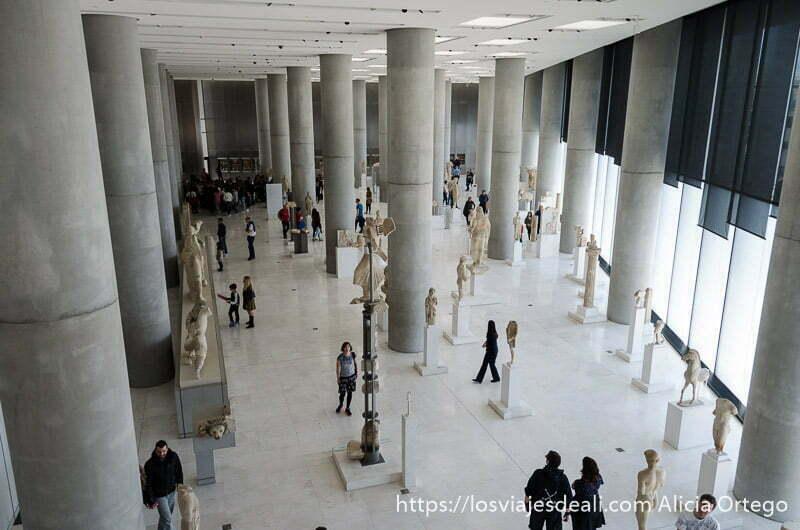 gran sala con columnas y piezas arqueológicas vista desde piso superior del museo de la acrópolis en atenas