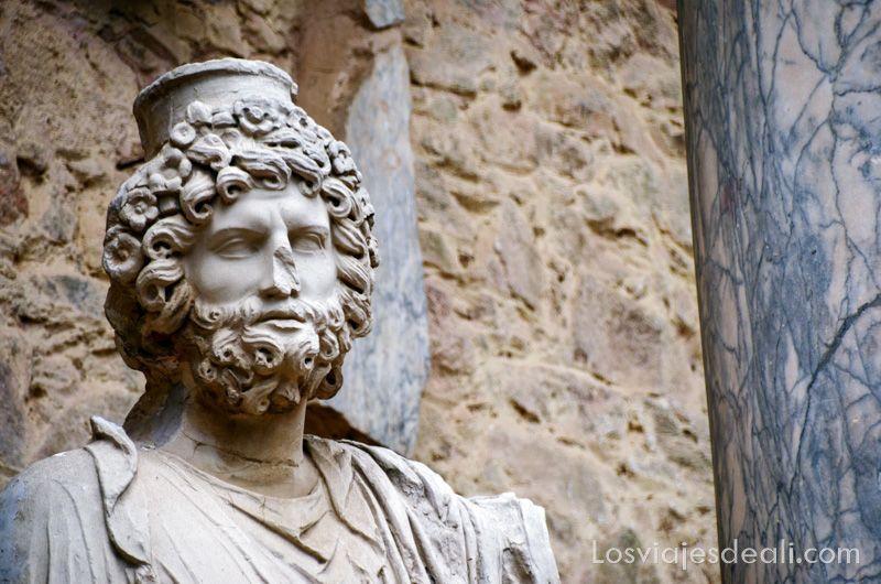 busto del dios júpiter con pelo rizado y un casquete en el cabeza teatro y anfiteatro romanos de mérida
