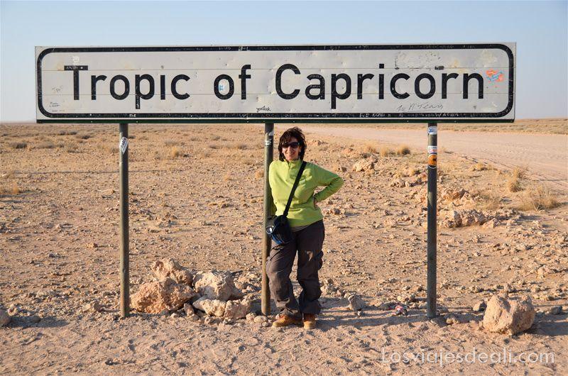 foto con el cartel del Trópico de Capricornio en Namibia