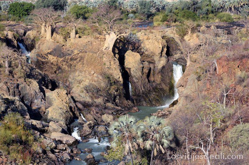 cataratas epupa cayendo entre rocas y con baobabs creciendo en ellas