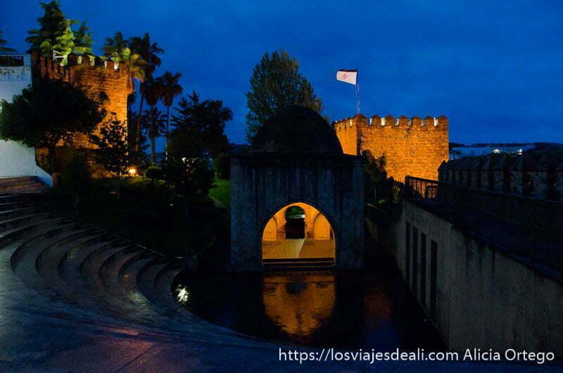 zona de muralla con torre con cúpula y bandera de cruzados en hora azul en jerez de los caballeros