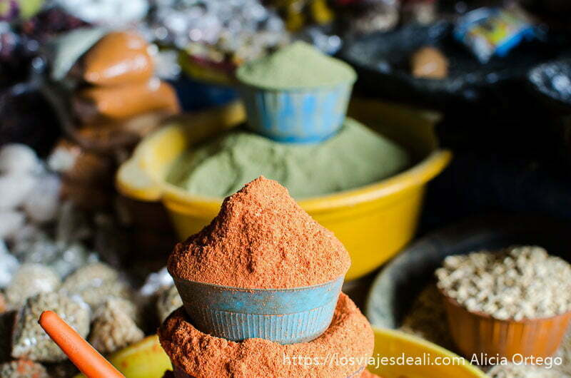 barreños llenos de especias de vivos colores en el mercado de kara en togo