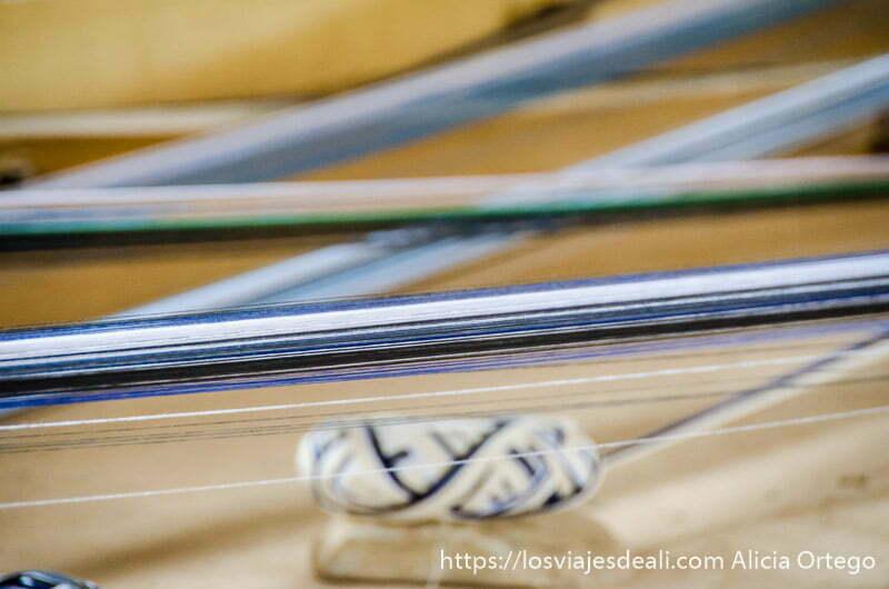 hilos de colores tensados y un ovillo debajo en bafiló togo