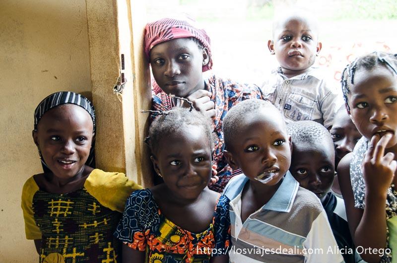 grupo de niños curiosos ruta por el interior de togo