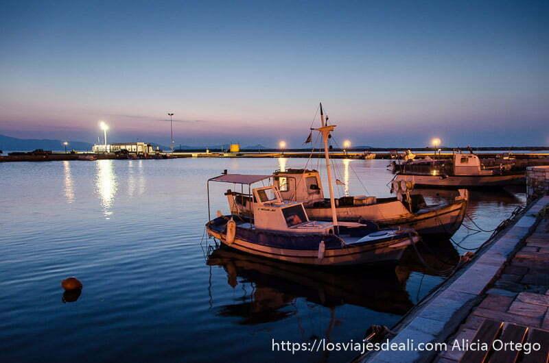 barquitos pesqueros atracados en el muelle de la capital de naxos a punto de hacerse de noche