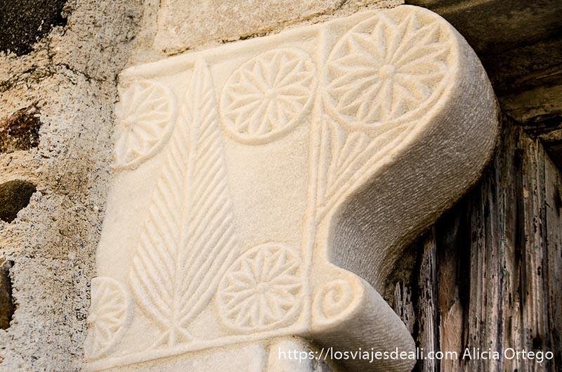 piedra de mármol con relieves vegetales en una puerta de la capital de naxos